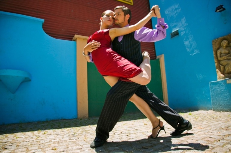Street tango show in La Boca