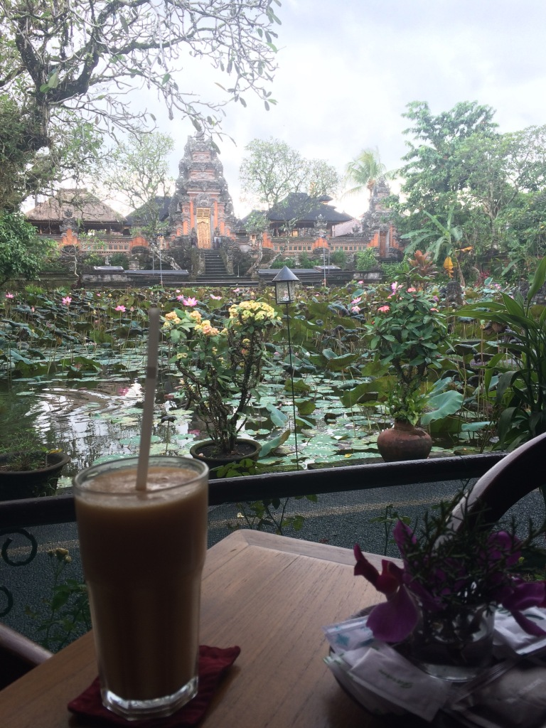 Fruit smoothie, lotus pond and Ubud Palace all in one place. The address: Lotus Cafe ;)