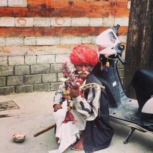 A street musician in Vashist